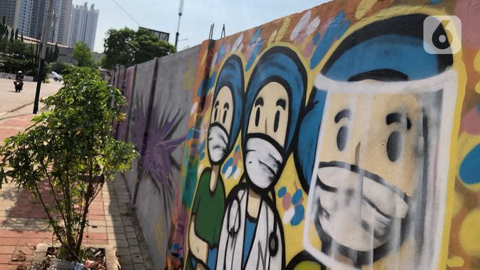 Mural bertema pandemi virus corona COVID-19 menghiasi tembok di kawasan Sunter, Jakarta, Selasa (2/6/2020). Mural tersebut dibuat sebagai wujud dukungan terhadap tenaga medis serta masyarakat agar tetap semangat menghadapi pandemi COVID-19. (Liputan6.com/Immanuel Antonius)