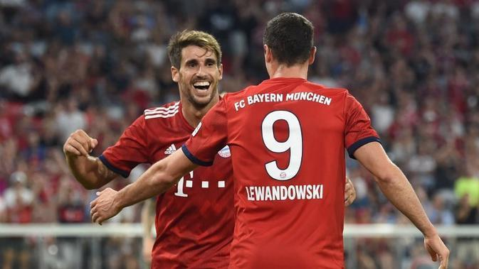 Gelandang Bayern Munchen, Javi Martinez (kiri), merayakan gol ke gawang Manchester United pada laga persahabatan di Allianz Arena, Munchen, Minggu (5/8/2018). (AFP/Christof Stache)