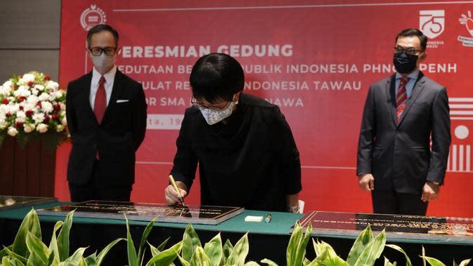 Menlu Retno Marsudi menandatangani batu peresmian gedung KBRI Phnom Penh dan KRI Tawau, serta SMA Negeri 1 Bawana, Sulawesi Tengah. (Dok: Kemlu RI)
