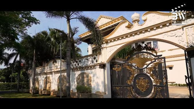 Rumah depan Sule di kawasan Bekasi, Jawa Barat terlihat megah. Pagar besar di depan sebelum masuk rumahnya. Rumah dengan halaman sangat luas dan terlihat adem karena ada taman dan beberapa pohon di tamannya. (Youtube/Boy William)