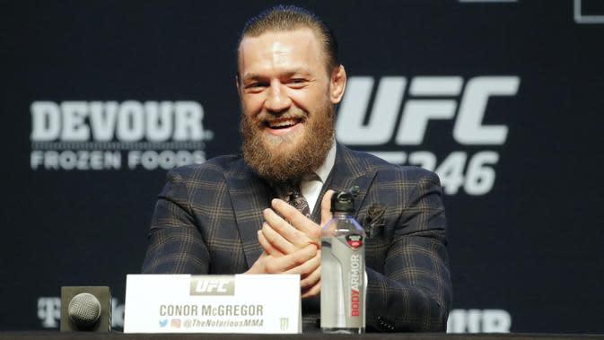 Conor McGregor tersenyum saat konferensi pers untuk pertarungan seni bela diri campuran UFC 246 melawan Donald