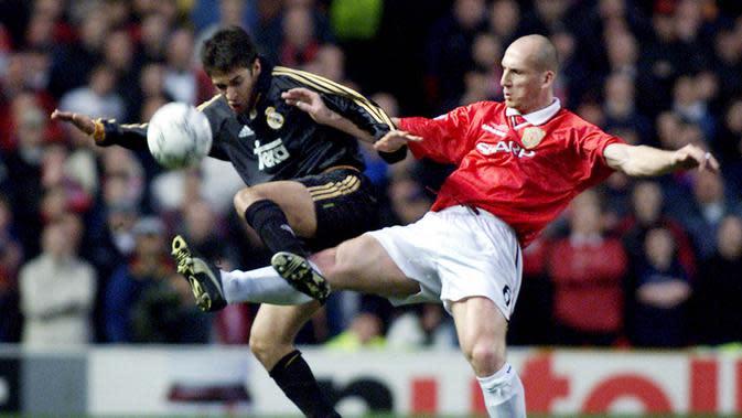 Jaap Stam - Pemain berkepala plontos ini bergabung dengan Manchester United pada 1998. Ketangguhannya di lini belakang membuat para penyerang lawan kerepotan. Di musim perdananya dia sukses mempersembahkan treble winners untuk MU. (AFP/Adrian Dennis)