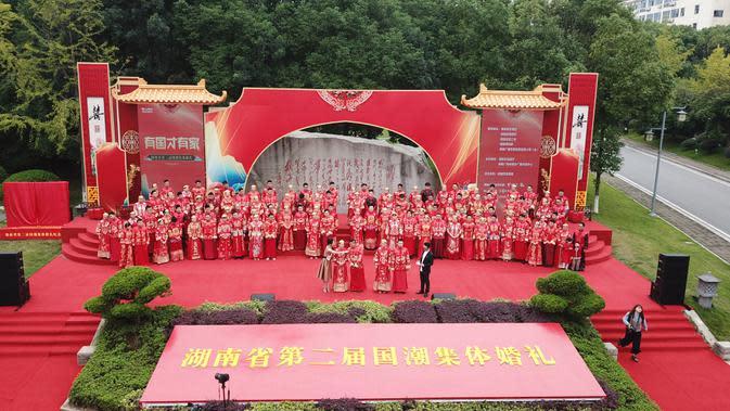 Foto dari udara memperlihatkan pernikahan massal bergaya China di Changsha, Provinsi Hunan, China, 25 September 2020. Sebanyak 71 pasangan resmi menjadi suami-istri usai mengikuti upacara pernikahan tradisional dalam acara nikah massal. (Xinhua/Chen Zhenhai)