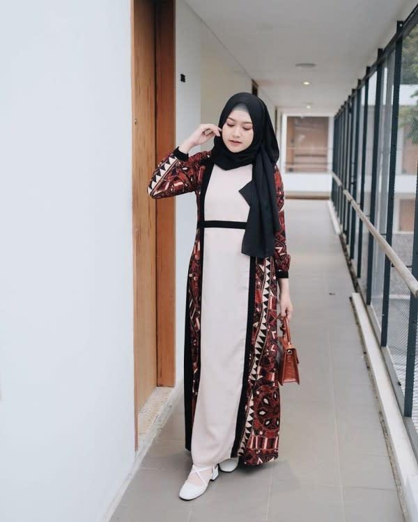 10 Referensi Outfit Kondangan Hijab ala Selebgram Saritiw, Anggun!
