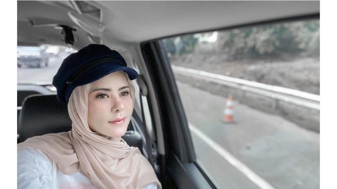 Inspirasi busana hijab dengan topi ala Angel Lelga. (dok. Instagram @angellelga/https://www.instagram.com/p/B8PuRV3hXQH//Adhita Diansyavira)