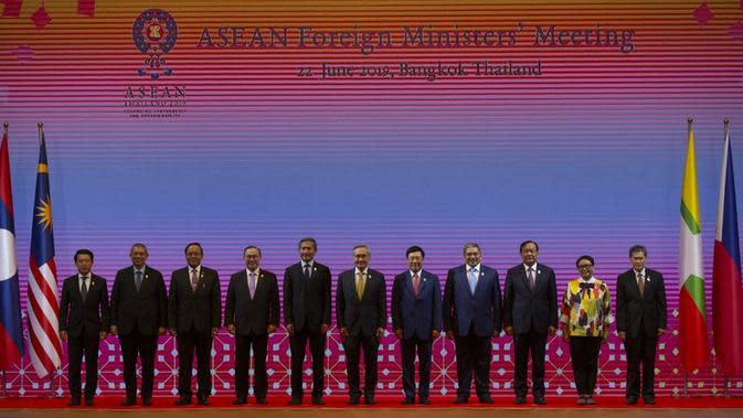 Foto bersama dalam pertemuan para Menlu ASEAN di Bangkok, Thailand, Sabtu, 22 Juni 2019 (AP Photo / Gemunu Amarasinghe)