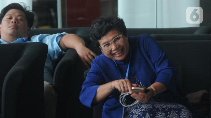 Pimpinan KPK terpilih Lili Pintauli Siregar (kanan) saat mendatangi Gedung KPK, Jakarta, Selasa (19/11/2019). Lili Pintauli Siregar akan bertemu dengan pimpinan KPK lama untuk berdiskusi tentang pemberantasan korupsi. (merdeka.com/Dwi Narwoko)