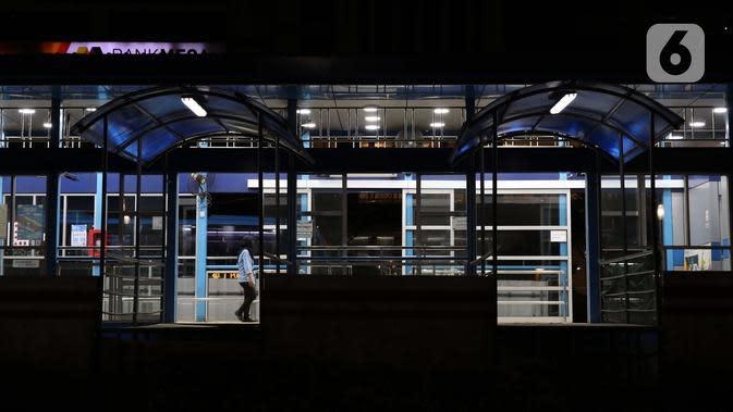 Petugas pelayanan halte bus Transjakarta di salah satu halte di Jalan HR Rasuna Said, Jakarta, Kamis (2/4/2020). Pemerintah menetapkan Pembatasan Sosial Berskala Besar dengan membatasi kegiatan tertentu penduduk di wilayah yang diduga terinfeksi COVID-19. (Liputan6.com/Helmi Fithriansyah)