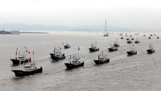 Kapal-kapal penangkap ikan berlayar menuju Laut China Timur di Zhoushan, Provinsi Zhejiang, China timur, pada 16 September 2020. Kapal-kapal penangkap ikan berangkat dari sejumlah pelabuhan di Provinsi Zhejiang pada Rabu (16/9) siang waktu setempat. (Xinhua/Yao Feng)