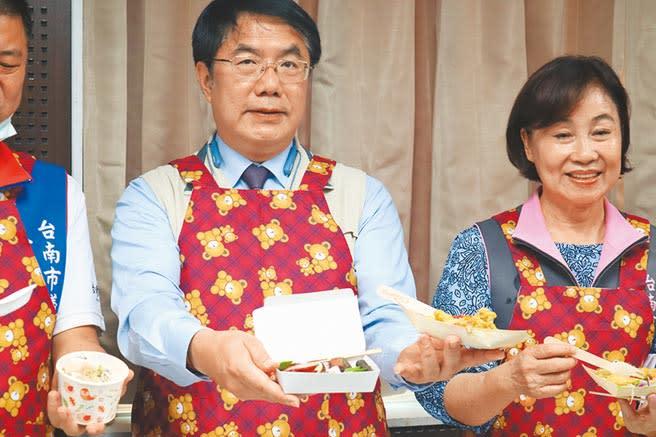 「2020台南虱目魚文化季」將於10月開跑,台南市長黃偉哲(左)推薦民眾享用低脂又健康的虱目魚料理。(李宜杰攝)