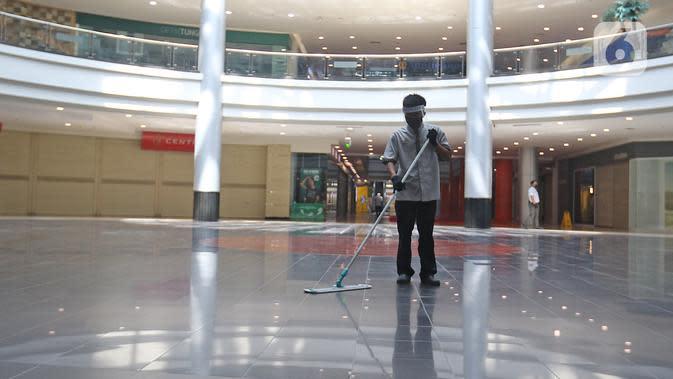 Pekerja membersihkan lantai Mall Margo City, Depok, Jawa Barat, Selasa (9/6/2020). Pusat perbelanjaan atau mal di Kota Depok akan mulai dibuka pada 16 Juni 2020 dengan menerapkan sejumlah aturan protokol kesehatan yang ketat. (Liputan6.com/Herman Zakharia)