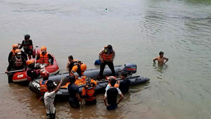 2 gadis remaja yang hilang terseret arus Sungai Cisadane, Bogor ditemukan dalam kondisi meninggal dunia. (Liputan6.com/Achmad Sudarno)
