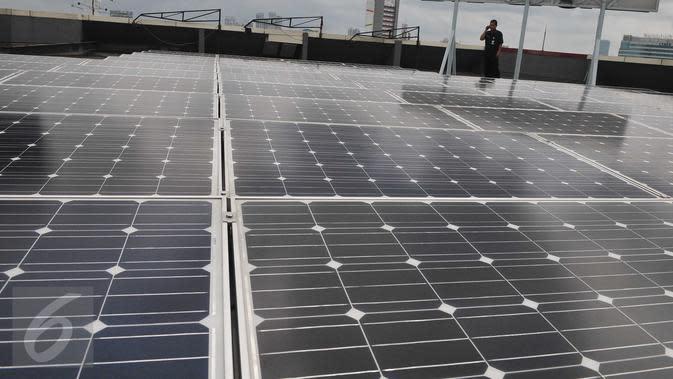 Petugas memeriksa panel surya di gedung ESDM, Jakarta, Rabu (2/3/2016). Kementerian ESDN akan memasang panel surya di atap Istana Negara, kantor-kantor pemerintahan, bandara, hingga Lembaga Pemasyarakatan (LP) (Liputan6.com/Gempur M Surya)