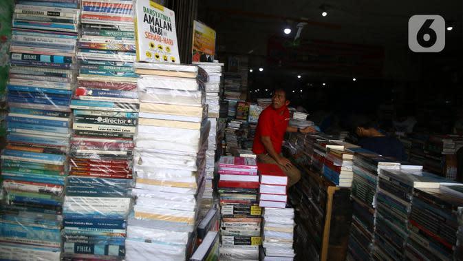 Pedagang buku menunggu pembeli di Kwitang, Senen, Jakarta, Minggu (27/9/2020). Menurut keterangan para pedagang, penjualan buku di masa pandemi menurun hingga 50 persen dikarenakan masyarakat saat ini sudah beralih melakukan transaksi pembelian secara daring. (Liputan6.com/Angga Yuniar)