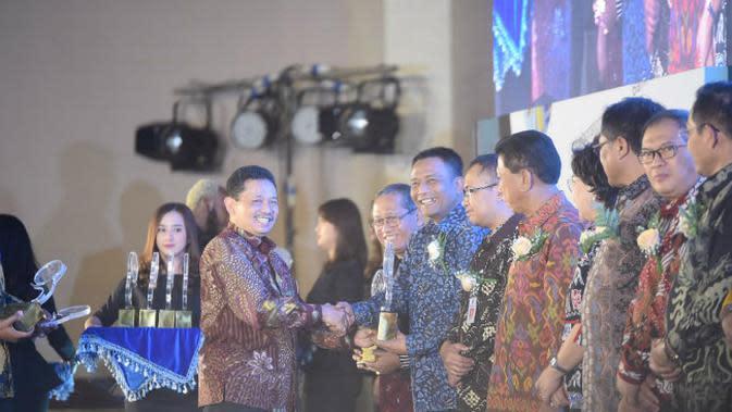 Kepala Dinas Pendidikan (Dispendik) Supomo mewakili Wali Kota Surabaya Tri Rismaharini untuk terima penghargaan Anugerah Kihajar 2019. (Foto: Liputan6.com/Dian Kurniawan)