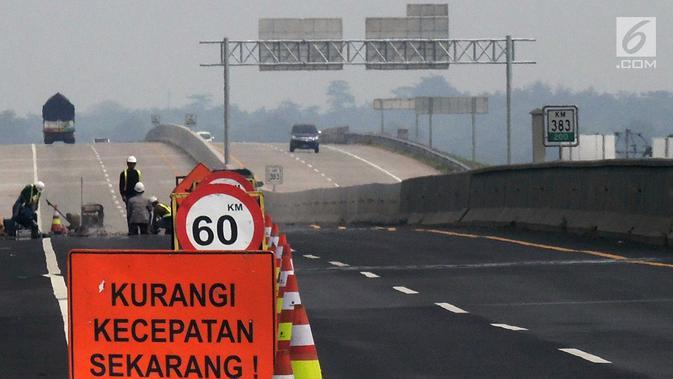 Petugas memperbaiki Jalan Tol Trans Jawa ruas Semarang-Brebes jelang arus mudik 2019 di Kabupaten Brebes, Jawa Tengah, Senin (27/5/2019). Perbaikan terus dilakukan jelang arus mudik 2019. (Liputan6.com/Gholib)