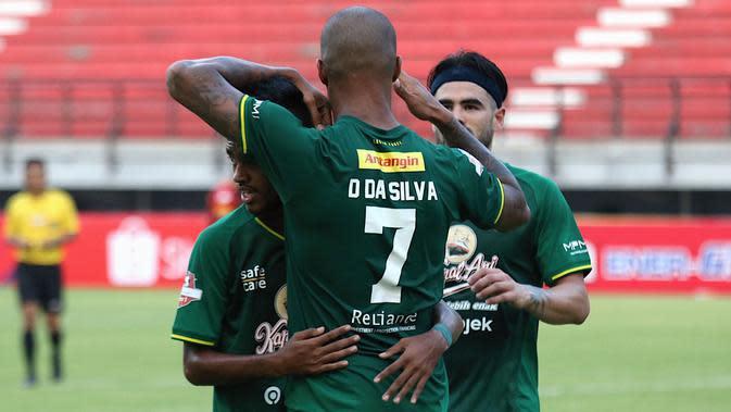 Striker Persebaya, David da Silva, dan rekan satu tim merayakan gol ke gawang Arema di Stadion Batakan, Balikpapan (12/12/2019). (Bola.com/Aditya Wany)