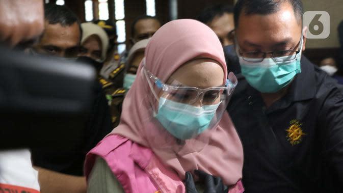 Tersangka dugaan korupsi dan tindak pidana pencucian uang terkait kepengurusan fatwa untuk Djoko Tjandra di Mahkamah Agung, Pinangki Sirna Malasari bersiap menjalani sidang perdana di Pengadilan Tipikor Jakarta, Rabu (23/9/2020). Sidang beragenda pembacaan dakwaan. (Liputan6.com/Helmi Fithriansyah)