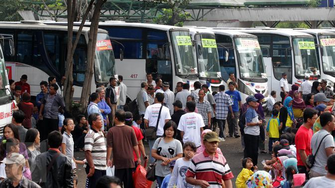 Sejumlah pedagang jamu bersiap berangkat mudik gratis Sido Muncul yang ke-27 di Lapangan Parkir Pintu Masuk Utama TMII, Jakarta, Jumat (7/1). Sebanyak 16 ribu pedagang jamu diberangkatkan dengan 186 bus secara serentak. (Liputan6.com/Fery Pradolo)