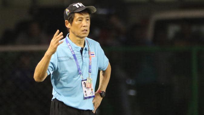 Pelatih Thailand, Akira Nishino, memberikan instruksi saat melawan Timnas Indonesia U-22 pada laga SEA Games 2019 di Stadion Rizal Memorial, Manila, Selasa (26/11). Indonesia menang 2-0 atas Thailand. (Bola.com/M Iqbal Ichsan)