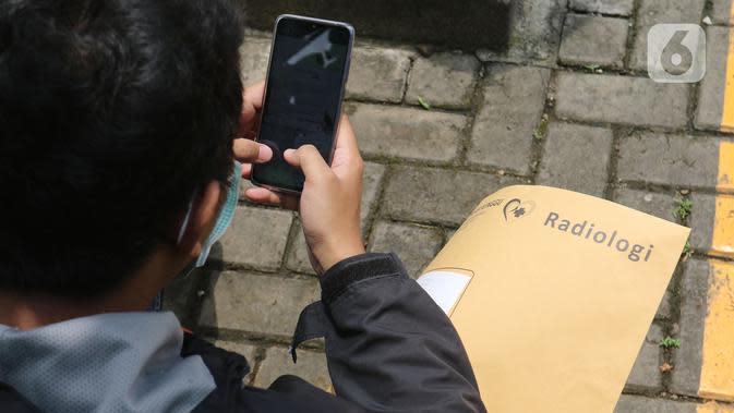 Warga menunggu untuk mengikuti pemeriksaan mandiri virus corona COVID-19 di rumah sakit rujukan RSUD Pasar Minggu, Jakarta Selatan, Kamis (26/3/2019). Pemeriksaan diikuti oleh Orang Dalam Pemantauan (ODP), Pasien Dalam Pengawasan (PDP), dan suspect. (Liputan6.com/Herman Zakharia)