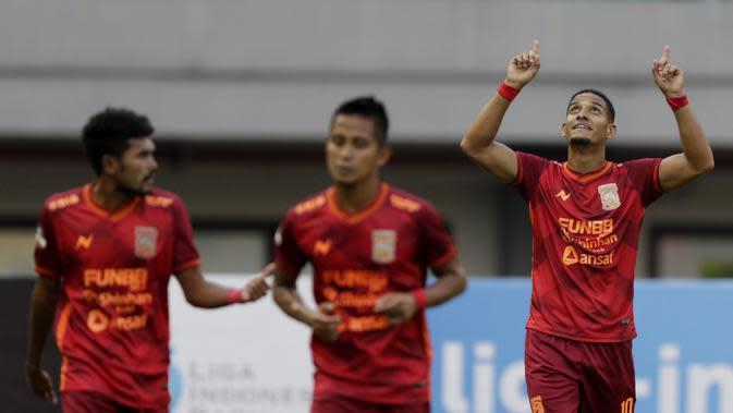 Gelandang Borneo FC, Renan Silva, melakukan selebrasi usai membobol gawang Bhayangkara FC pada laga Liga 1 2019 di Stadion Patriot, Bekasi, Minggu (22/9/2019). Kedua tim bermain imbang 1-1. (Bola.com/M Iqbal Ichsan)