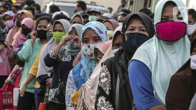 Warga antre untuk menerima Bantuan Sosial Tunai (BST) di Desa Cikande, Kecamatan Jayanti, Kabupaten Tangerang, Banten, Selasa (23/6/2020). Bantuan tersebut merupakan salah satu program jaring pengaman sosial terkait pandemi virus corona COVID-19. (Liputan6.com/Johan Tallo)