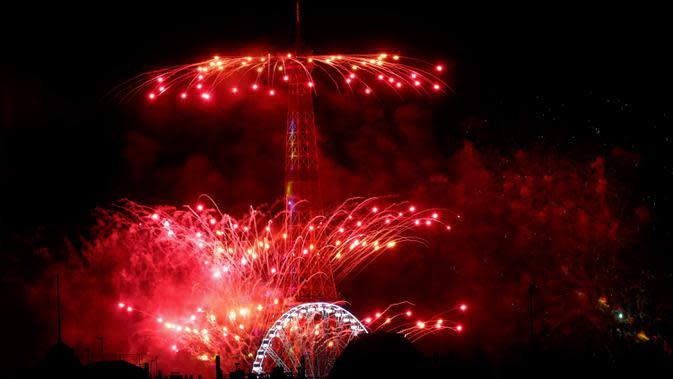 Kembang api menerangi Menara Eiffel selama perayaan Hari Bastille di Paris pada Selasa (14/7/2020) malam. Perayaan yang digelar setiap tanggal 14 Juli ini dalam rangka untuk memperingati penyerbuan benteng penjara Bastille pada 14 Juli 1789 silam. (AP Photo/Thibault Camus)