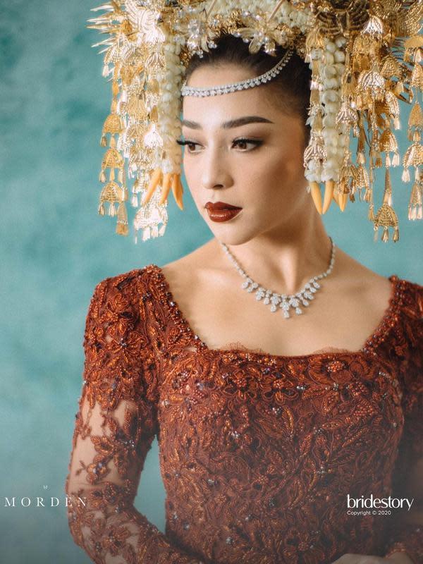 Sejak acara lamaran, Nikita dan Indra memang kompak mengusung adat dan budaya tradisional di pernikahan mereka. Nah kali ini, mereka memilih adat dari Sumatera Barat, daerah Nikita berasal. (Instagram/thebridebestfriend)