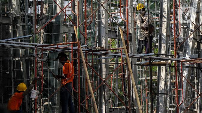 Pekerja menyelesaikan proyek konstruksi pembangunan di Kawasan Ancol, Jakarta, Sabtu (27/6/2020). Pada tahun 2020, Kementerian Pekerjaan Umum dan Perumahan Rakyat (PUPR) menargetkan sertifikasi kepada 113.900 orang untuk tenaga kerja konstruksi. (Liputan6.com/Faizal Fanani)