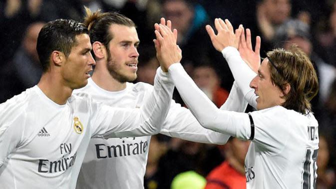 Dari kiri ke kanan: Cristiano Ronaldo, Gareth Bale, dan Luka Modric merayakan gol Real Madrid ke gawang Deportivo La Coruna pada laga La Liga di Santiago Bernabeu, Madrid, Minggu (10/1/2016) dini hari WIB. (AFP/Gerard Julien)