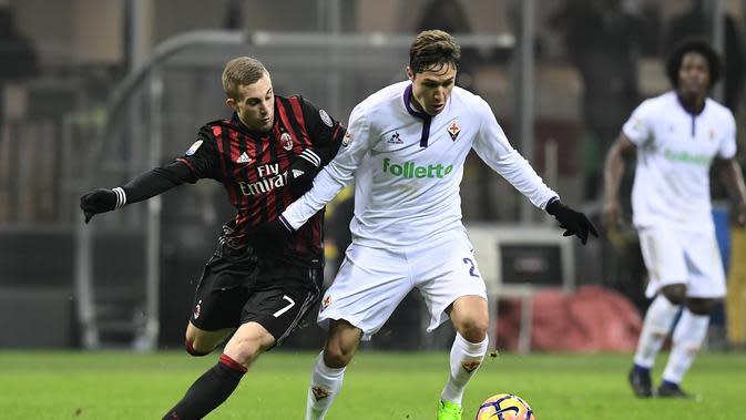 Aksi striker Fiorentina, Federico Chiesa saat menghadapi AC Milan. (MIGUEL MEDINA / AFP)