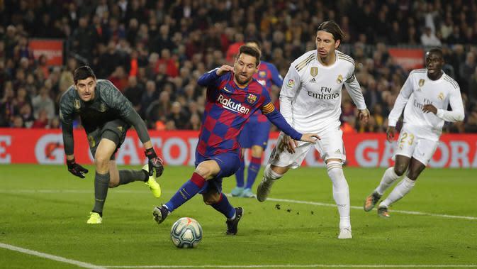 Striker Barcelona Lionel Messi mencoba mengontrol bola usai melewati bek Real Madrid Sergio Ramos dalam duel El Clasico Liga Spanyol di Camp Nou, Kamis (19/12/2019) dini hari WIB.(AP Photo/Emilio Morenatti)