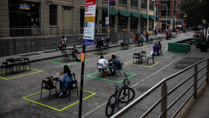 Orang-orang makan di meja-meja yang diatur dengan menerapkan jaga jarak sosial di kawasan Brooklyn, New York, Amerika Serikat, 25 September 2020. Hingga 25 September 2020, sebanyak 7.005.746 orang di Amerika Serikat terinfeksi COVID-19, dengan 203.240 orang meninggal dunia. (Xinhua/Michael Nagle)