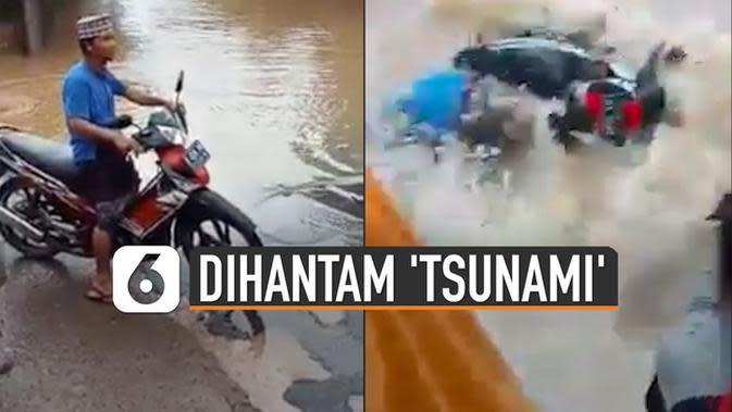 VIDEO: Pengendara Motor Jatuh Dihantam 'Tsunami'