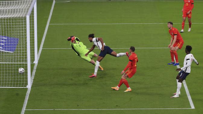 Dominic Calvert-Lewin dari Inggris, tengah, menyundul bola untuk mencetak gol selama pertandingan sepak bola persahabatan internasional antara Inggris dan Wales di stadion Wembley di London, Kamis 8 Oktober 2020. (Nick Potts / Pool via AP)