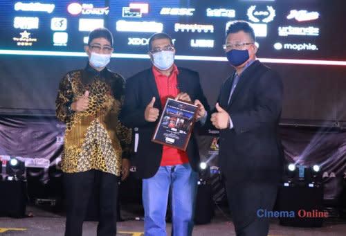 Marcel Lariche, MD of Cinema Online, receives a token of appreciation from CineDrive, presented by Datuk Zahidi Zainul Abidin.