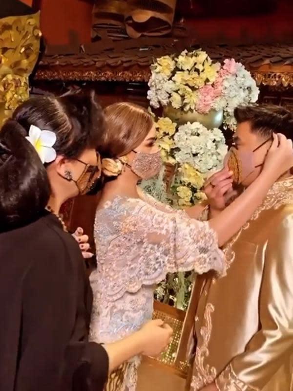 Wanita kelahiran Jakarta 20 tahun silam itu tampak cantik mengenakan kebaya warna putih. Sedangkan Billy mengenakan pakaian warna cokelat. (Instagram/anneavantieheart)