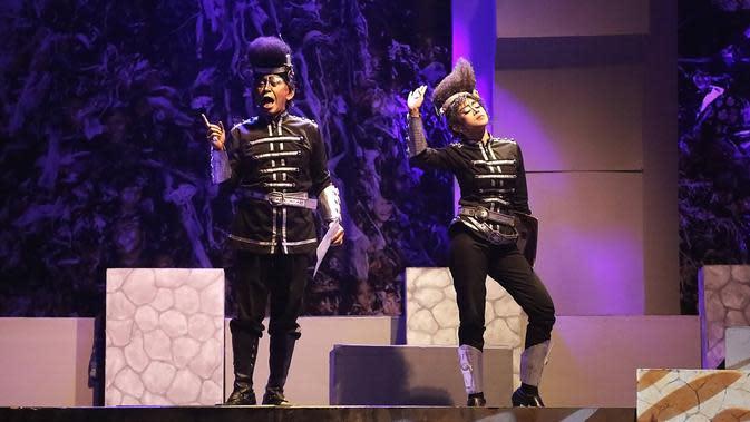 Produksi ke-159 bertajuk J.J Sampah-Sampah Kota dari Teater Koma ini juga tampil muda dengan tampilan multimedia dan tata cahaya yang sedikit tidak biasa, memadukan tata cahaya konser dan pertunjukan teater. (Bambang E Ros/Fimela.com)