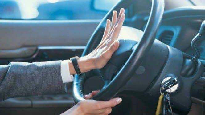 Hendak Mendahului Kendaraan, Pakai Klakson atau Lampu Dim?