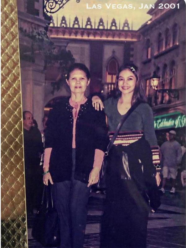 Beberapa waktu lalu, Bella juga membagikan potret lawas bersama bundannya ketika liburan ke Las Vegas tahun 2001 silam. (Instagram/bellasaphiraofficial)