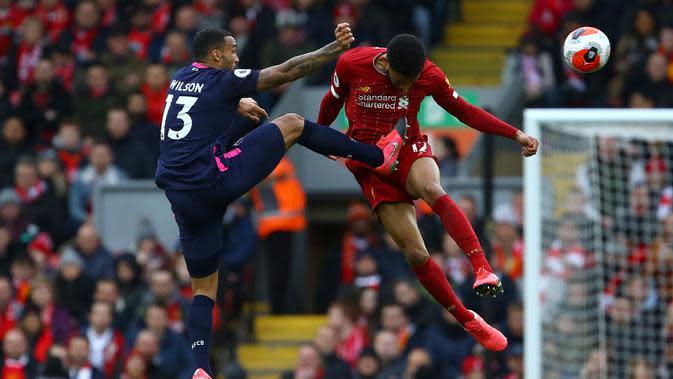 Bek Liverpool, Joe Gomez, berebut bola dengan pemain Bournemouth pada laga lanjutan Premier League 2019-2020 di Anfield, Liverpool, Sabtu (7/3) malam WIB (AFP/Geoff Caddick)