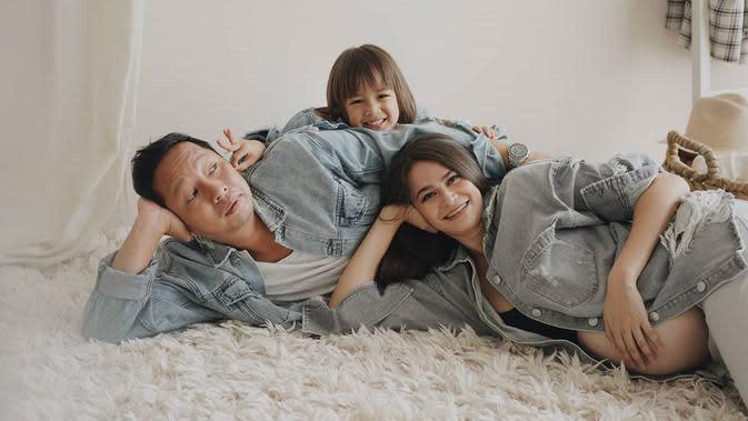 Keluarga yang satu ini memang selalu unik. Begini lah potret maternity kehamilan Sabai. Ketiganya kompak memakai baju denim dan posenya pun menggemaskan. Wah, Bjorka akan menjadi kakak. (Instagram/sabaidieter)