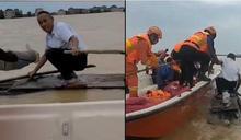 大爺自製木筏洪水中「乘風破浪」原因曝光!消防員聽完傻眼