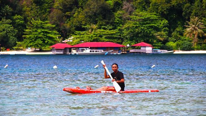 Banyak aktivitas wisata yang bisa dilakukan di Pulau Suwarnadwipa, salah satunya kayaking. (Liputan6.com/ Novia Harlina)