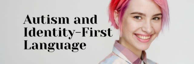年轻漂亮的女孩,有一头短发切小精灵鲍勃。 颜色头发着色,红色粉红色。 地窖休闲风格的衬衫。 自闭症和身份第一语言