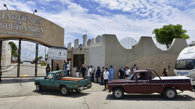 sejumlah truk mengangkut peti mati ke sebuah pemakaman di Guayaquil, Ekuador, Rabu (1/4/2020). Wakil Presiden Ekuador Otto Sonnenholzner meminta maaf atas kabar banyaknya jenazah korban virus corona COVID-19 yang tergeletak di jalanan Guayaquil. (Marcos Pin/AFP)