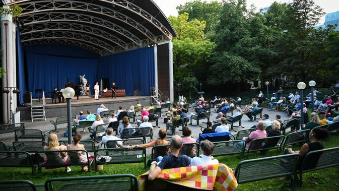 Orang-orang menikmati konser luar ruangan yang diadakan di Palm Garden di Frankfurt, Jerman, pada 1 Agustus 2020. Serangkaian konser diadakan di Frankfurt mulai 1 hingga 30 Agustus dengan langkah-langkah pengendalian dan pencegahan COVID-19 yang ketat. (Xinhua/Lu Yang)