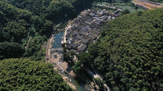 Pemandangan Desa Shishe di Kota Fuchunjiang, Wilayah Tonglu, Provinsi Zhejiang, China, pada 6 September 2020. Pengunjung dapat mencicipi kehidupan pedesaan yang tenang tanpa hiruk pikuk di Kota Fuchunjiang dengan desa-desa berpemandangan indah dan objek wisata populer. (Xinhua/Huang Zongzhi)