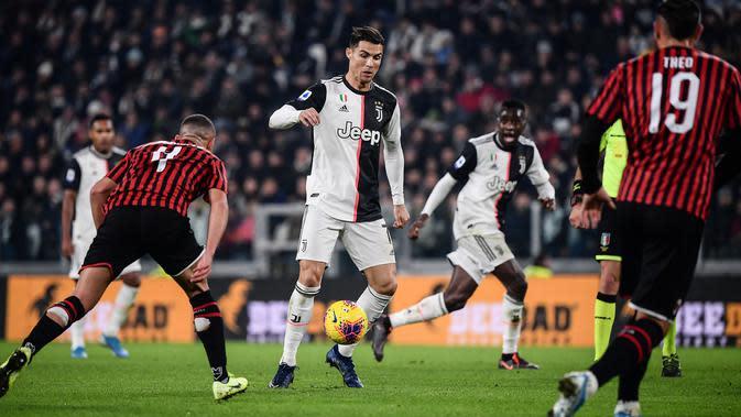 Penyerang Juventus, Cristiano Ronaldo berebut bola dengan pemain AC Milan, Ismael Bennacer dan Theo Hernandez pada pekan 12 Liga Italia 2019-2020 di Allianz Stadium, Minggu (10/11/2019). Juventus semakin kokoh di puncak klasemen Liga Italia usai menundukkan AC Milan 1-0. (Marco Bertorello/AFP)
